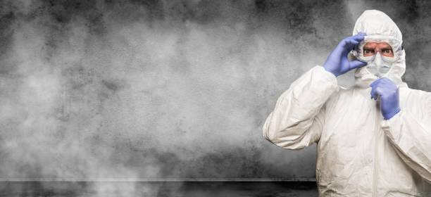 Mann trägt Hazmat Anzug und Brille in Smokey Room Banner mit Kopie randalieren – Foto
