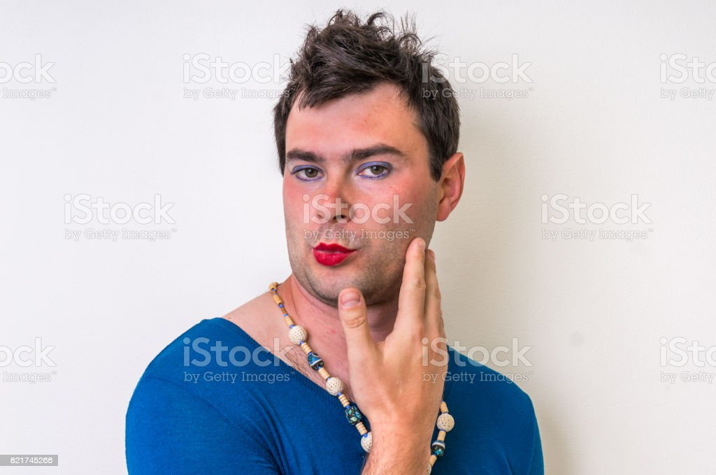 Man wearing makeup and dress looks like as a woman - foto stock