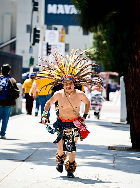 mann mit native american indian costume auf la street - indianer kostüm herren stock-fotos und bilder
