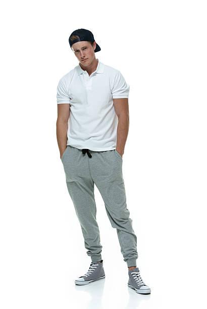 mann trägt polo und jogging pants - sweatpants stock-fotos und bilder