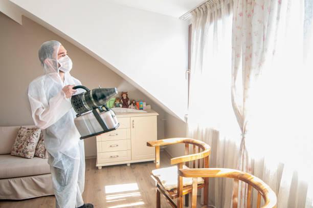 Mann trägt Schutzanzug und Gasmaske aufgrund mers coronavirus globale Pandemie Warnung und Gefahr – Foto