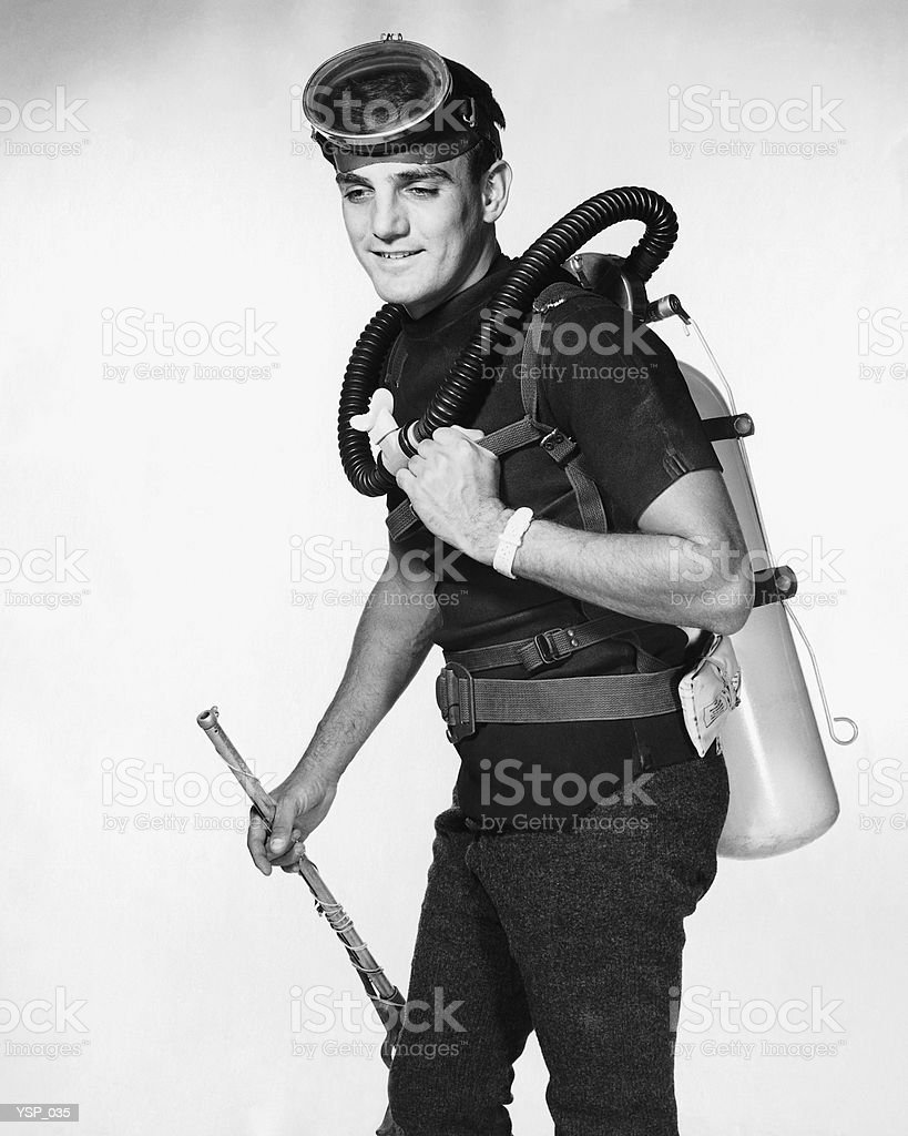 Man wearing scuba gear, carrying speargun royalty free stockfoto