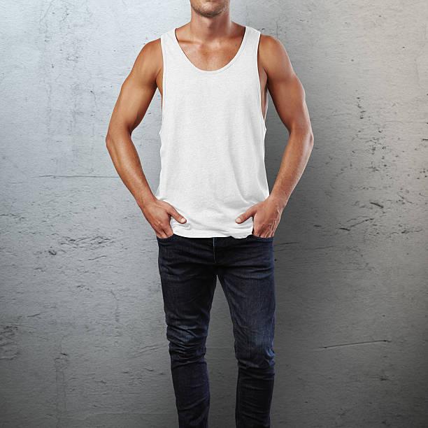 Mann trägt ärmelloses shirt – Foto