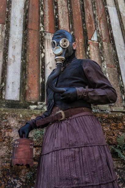 mann trägt steampunk kostüm - lila waffe stock-fotos und bilder