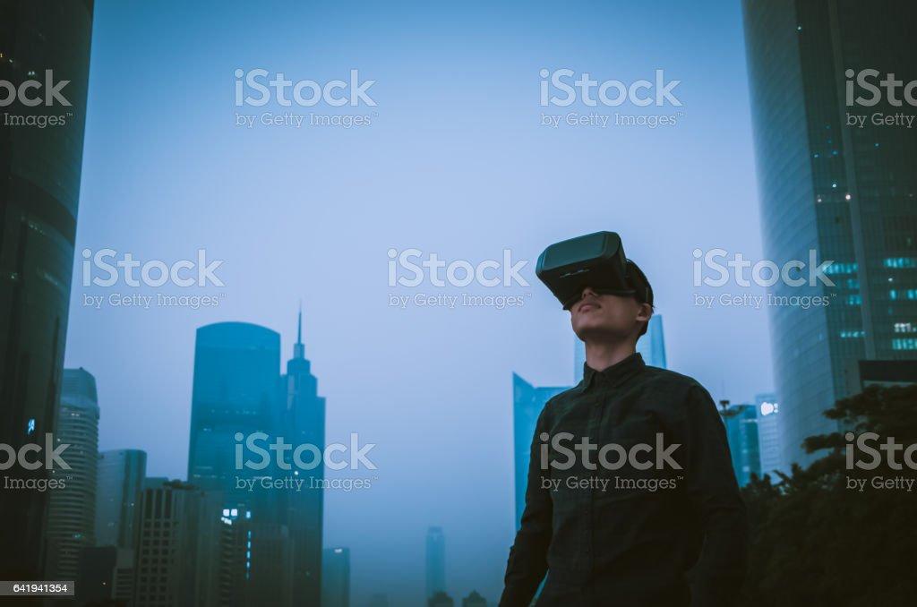 Mann trägt virtual-Reality-Simulator im freien – Foto