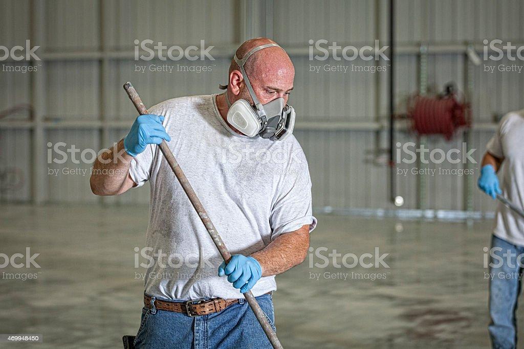Mann trägt eine schützende Maske und Gemälde – Foto