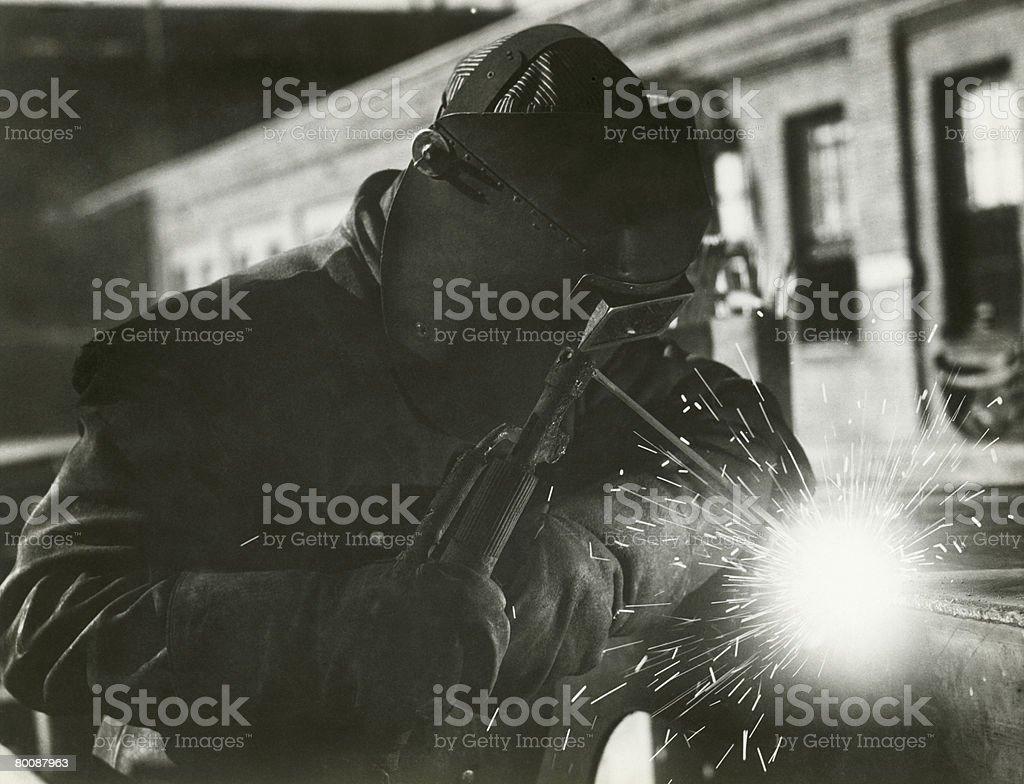 Homem de soldadura ao ar livre foto de stock royalty-free