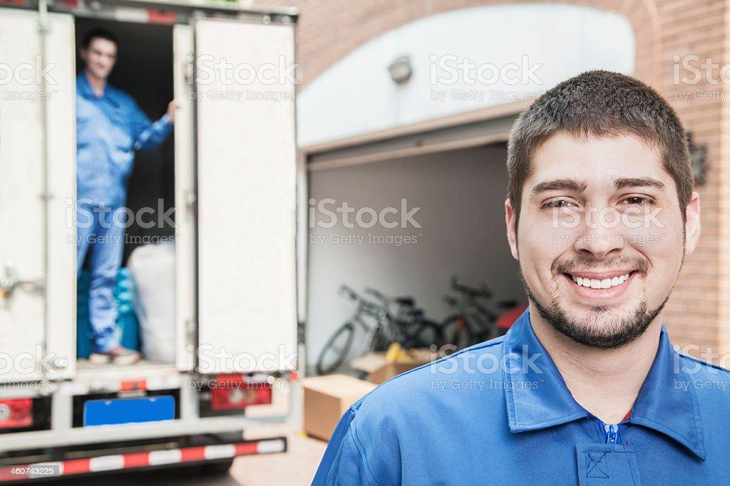 Porträt eines lächelnden mover mit beweglichen LKW im Hintergrund – Foto