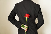 バラの花をプレゼントする男。
