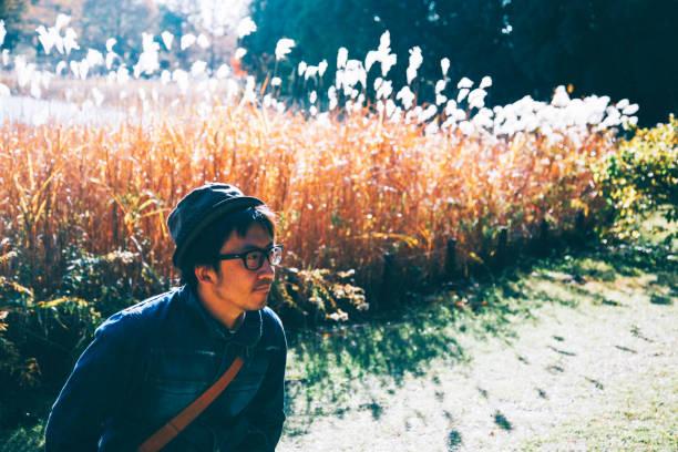 秋の紅葉を弛緩させる男 - j_nice ストックフォトと画像