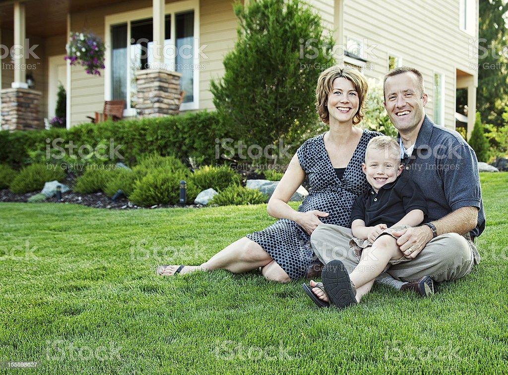 Homme, femme et enfant à l'extérieur de la maison de famille - Photo