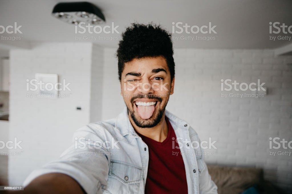 Man zwinkert mit einer Kamera und nehmen ein Selbstporträt – Foto