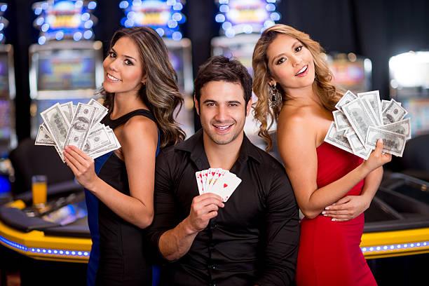 mann gewinnen im casino - geld schön verpacken stock-fotos und bilder