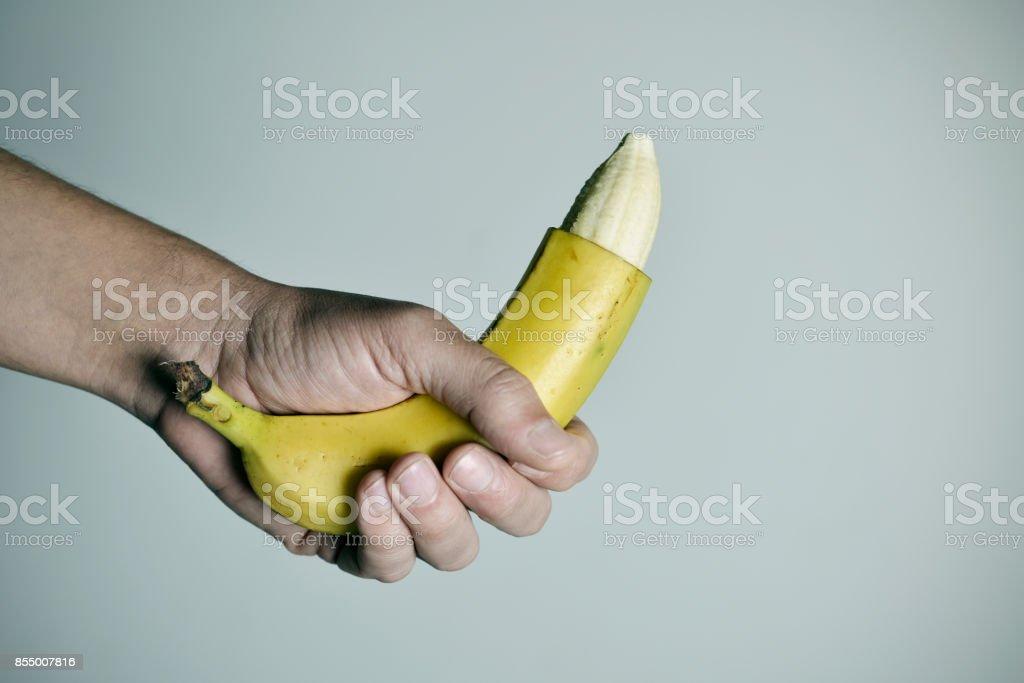 Mann mit einer Banane mit der Spitze seiner Haut entfernt – Foto