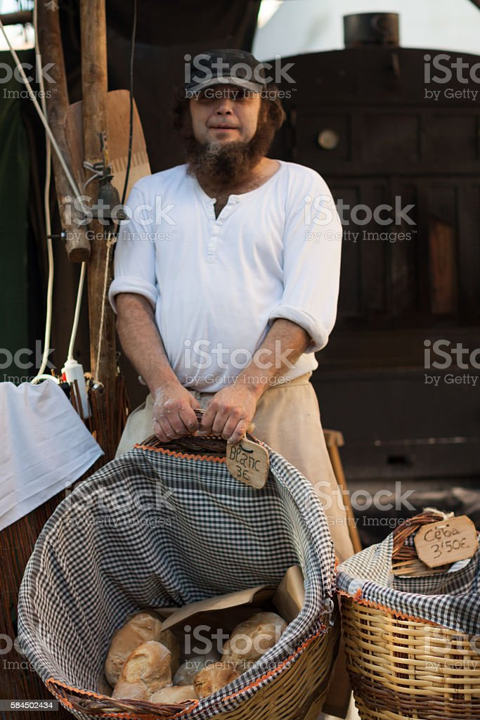 man with a basket and bread – Foto