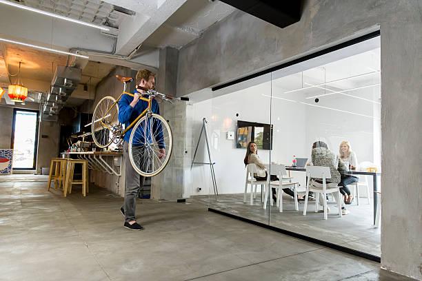 mann mit dem fahrrad - fahrradträger stock-fotos und bilder