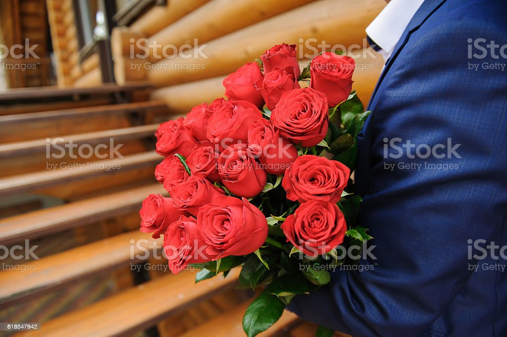Man with a large bouquet of roses стоковое фото