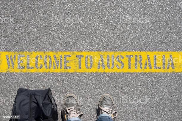 Ein mann mit einem koffer steht an der grenze zu australien picture id888929092?b=1&k=6&m=888929092&s=612x612&h=w6a0rwnnwilxxtj1c84gbjnu8bsb24feds56l4dcxws=