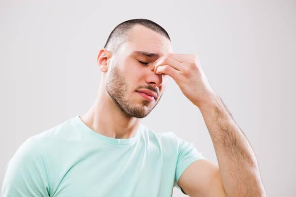 man met allergie - bijholte stockfoto's en -beelden