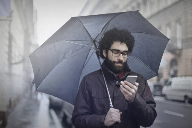 homem com um guarda-chuva - homem chapéu imagens e fotografias de stock