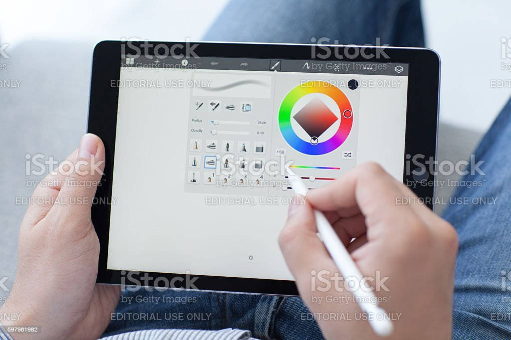 Man with Apple Pencil holding in the hand iPad Pro – Foto