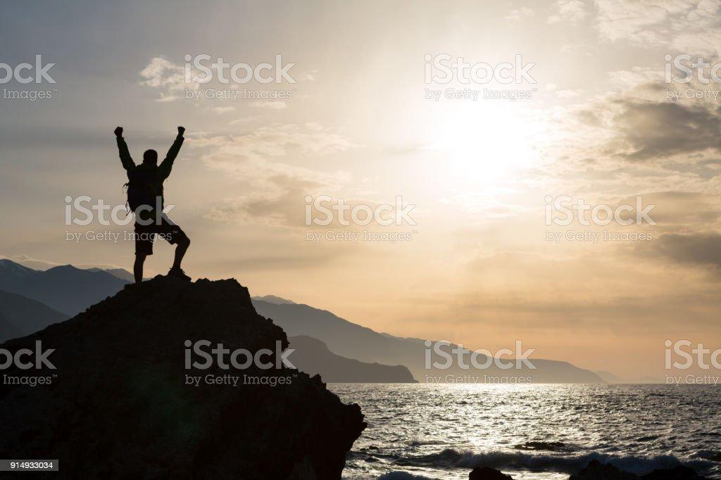 Mann mit ausgestreckten Armen feiern Berge Sonnenaufgang – Foto