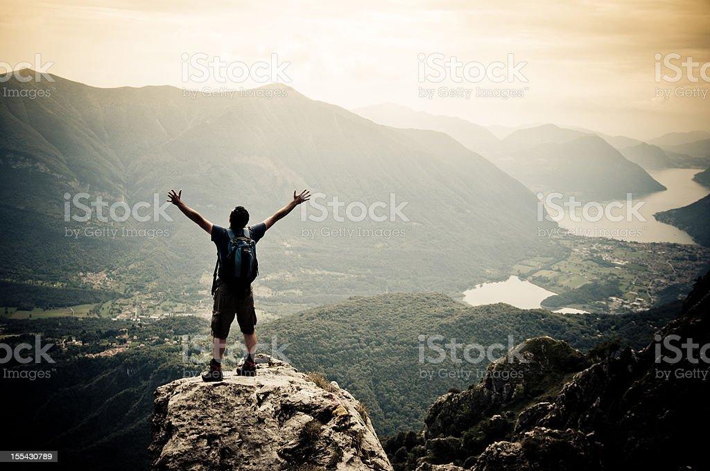 Mann auf Berggipfel mit Ausgestreckte Arme Lizenzfreies stock-foto