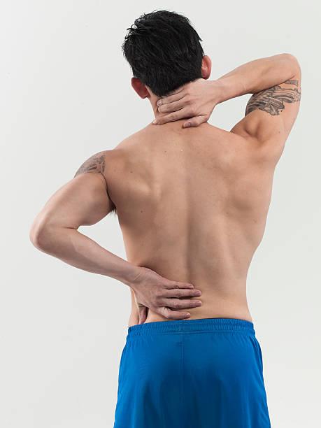 mann mit rückenschmerzen, von hinten - unterer rücken tattoos stock-fotos und bilder