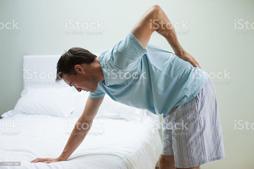 Mann Mit Rückenschmerzen Lehnend Auf Bett Stock-Fotografie und mehr ...