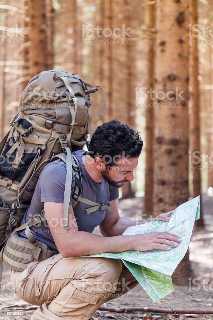 Mann mit Rucksack und Karte Wegbeschreibungen suchen Lizenzfreies stock-foto