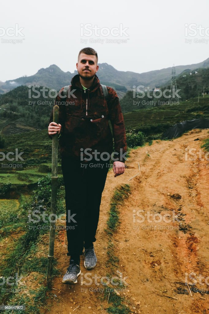 Man with backpack hiking at rice terraces of Northern Vietnam - Zbiór zdjęć royalty-free (20-29 lat)