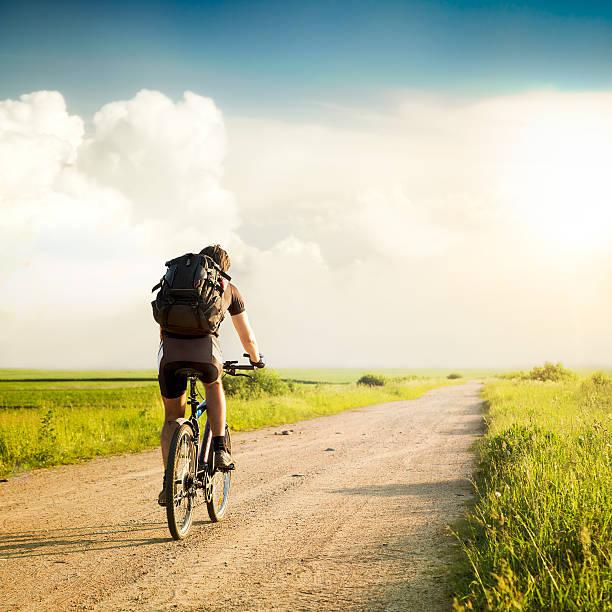 Mann mit Rucksack auf einem Fahrrad – Foto