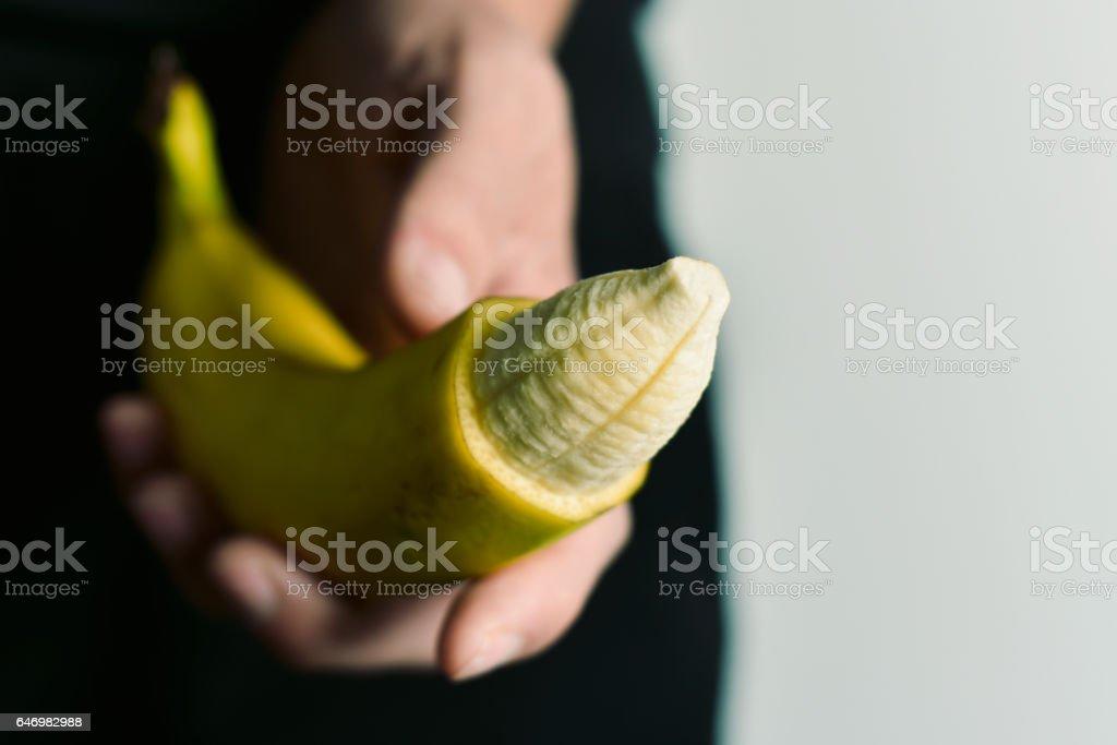 Mann mit Banane mit seiner Spitze entfernt – Foto