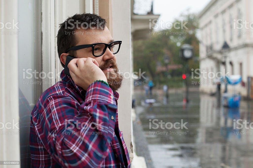 Mann mit Bart und Brille redet mit Handy – Foto