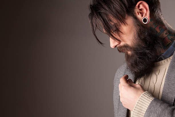 mann mit bart - ohrringe piercing stock-fotos und bilder