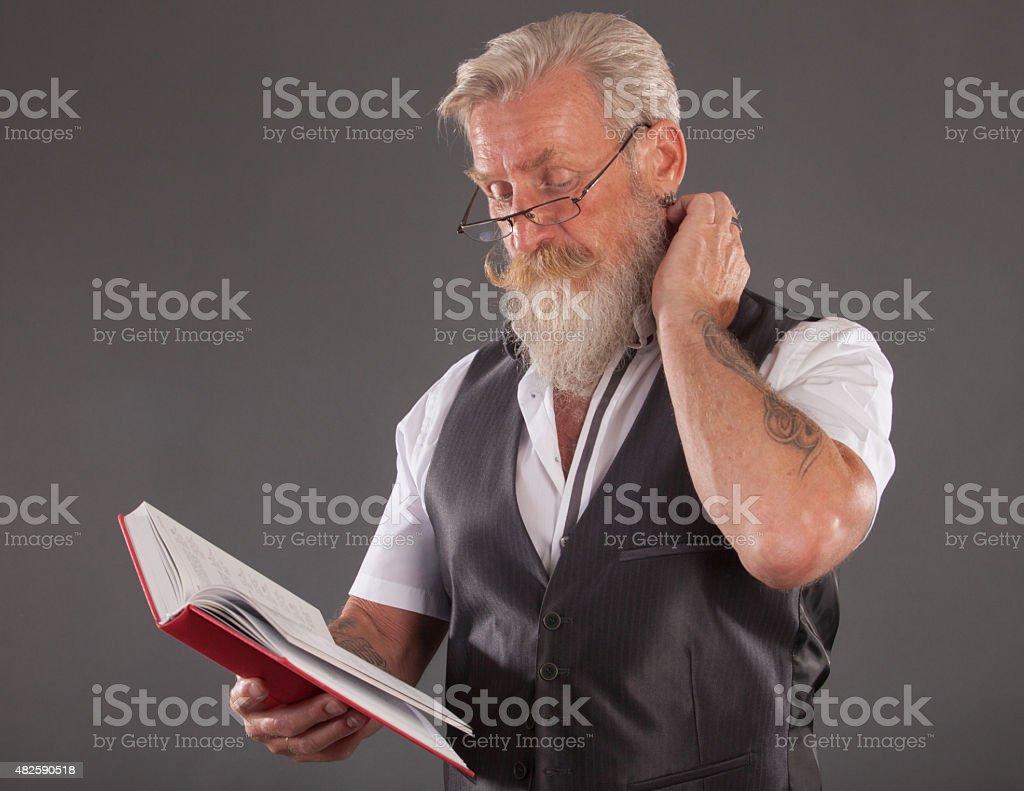 Homem com barba reding uma reserva - foto de acervo