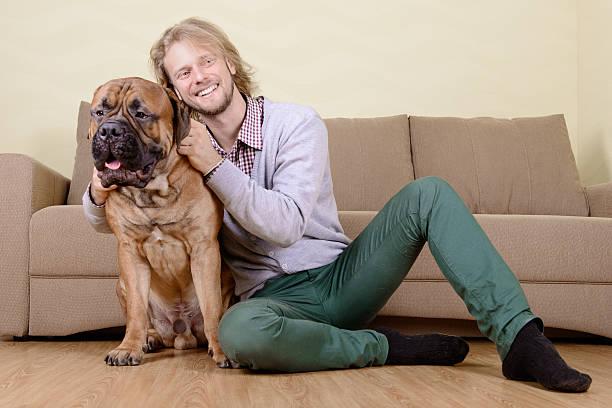 Hombre con perro de gigante - foto de stock