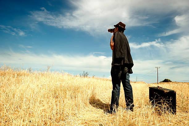 Mann mit Fernglas in einem Feld – Foto