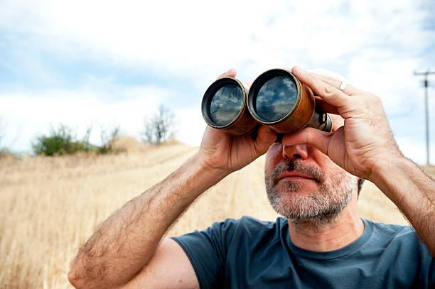 Mann mit Fernglas – Foto