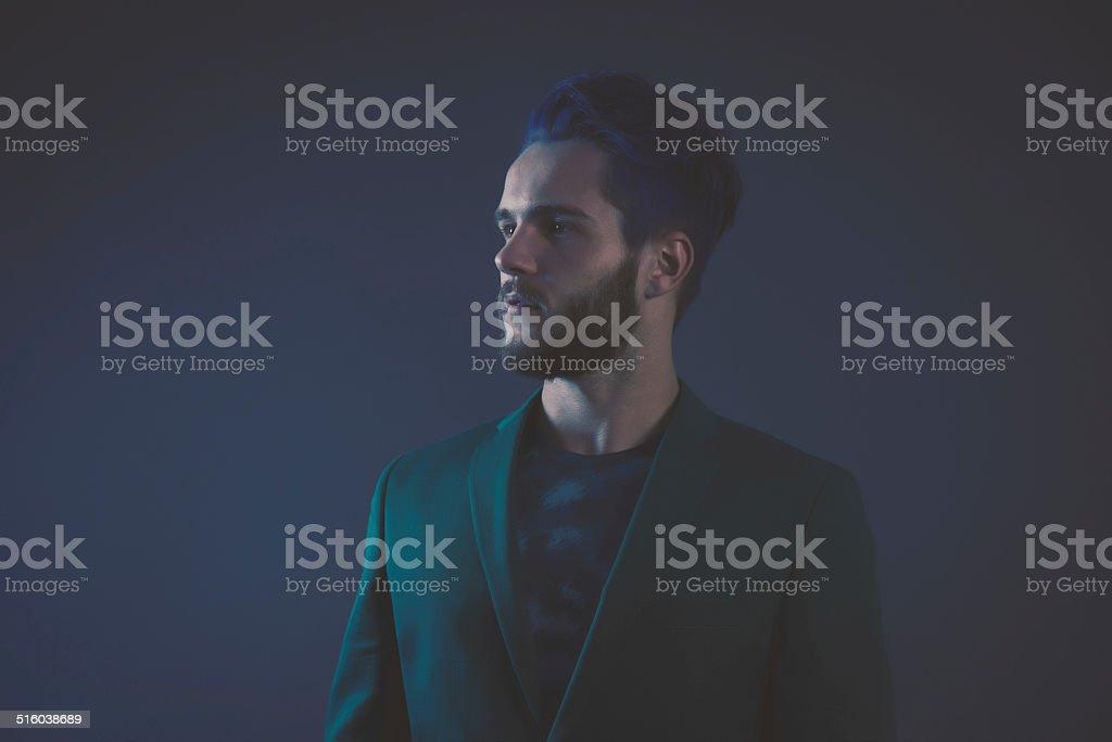 Mann Mit Blauen Haaren Und Braun Bart Mit Grüner Anzug