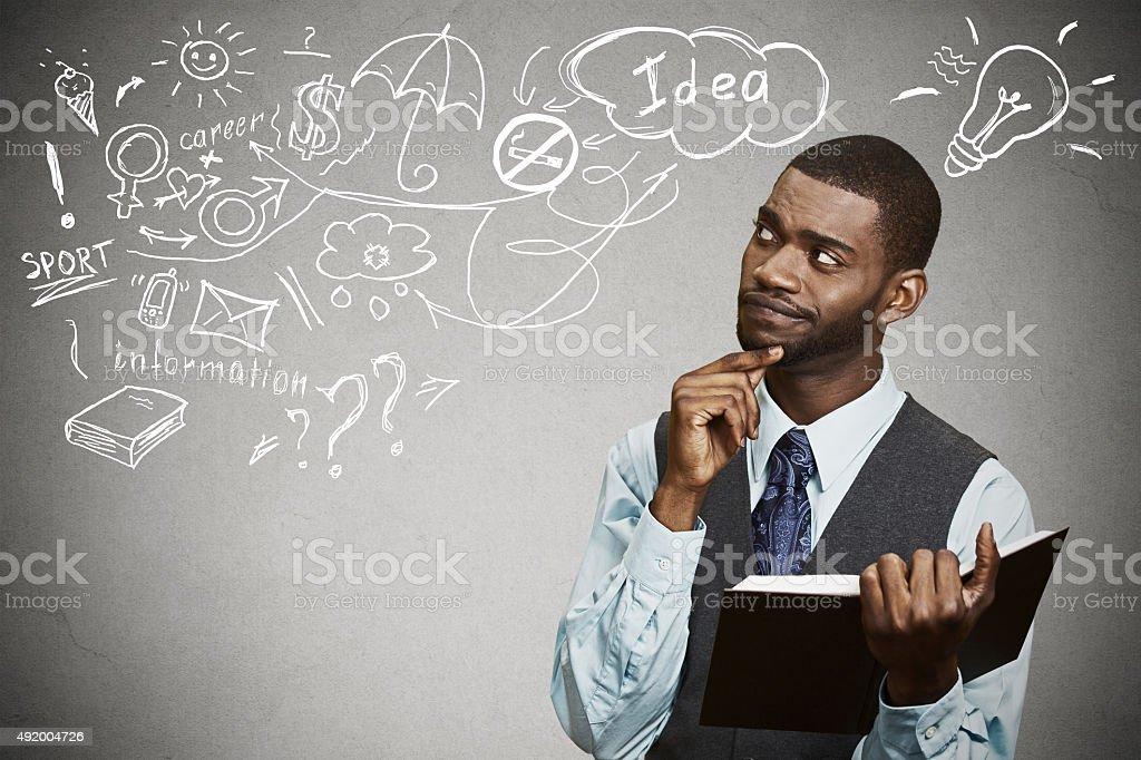 Homem fazer sonhar têm ideias a pensar olhando para cima - foto de acervo