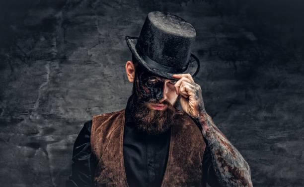 ein mann mit brennenden bilden. - gesichtstattoos stock-fotos und bilder