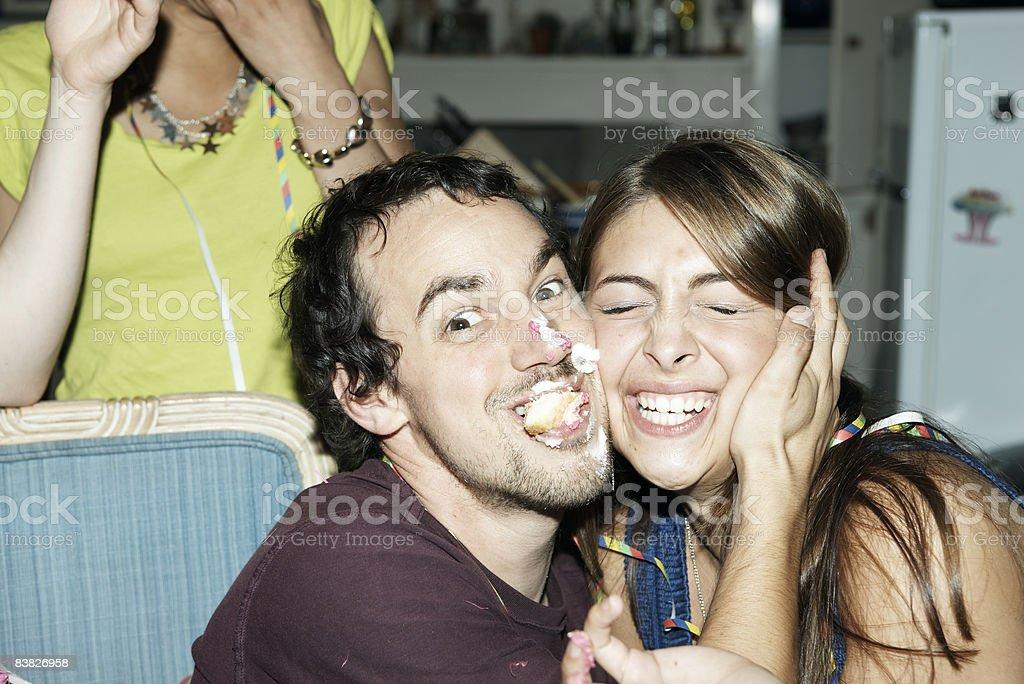 男性の顔とケーキでご友人を包む ロイヤリティフリーストックフォト