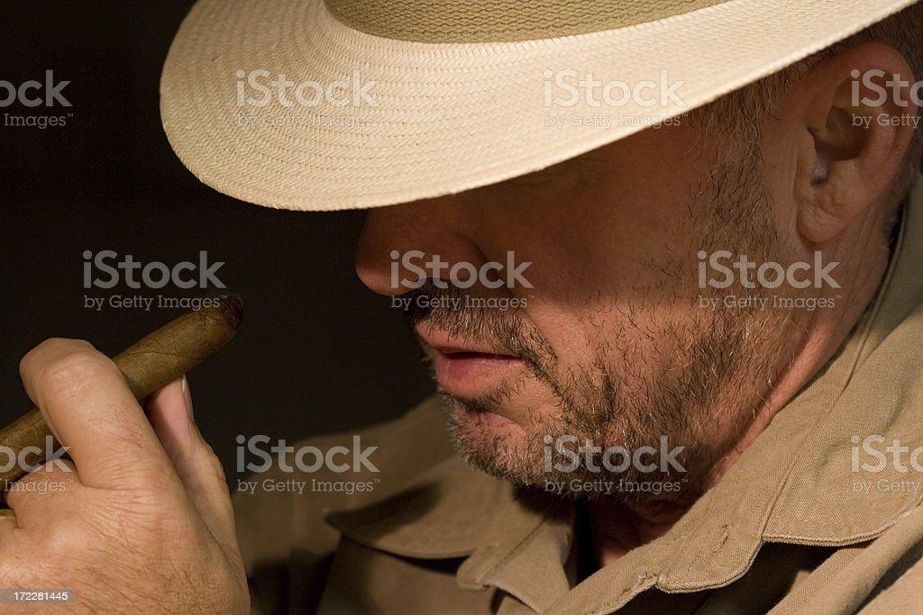 Uomo Con Sigaro E Barba Incolta Indossa Cappello Panama - Fotografie ... 5fba43c853dd