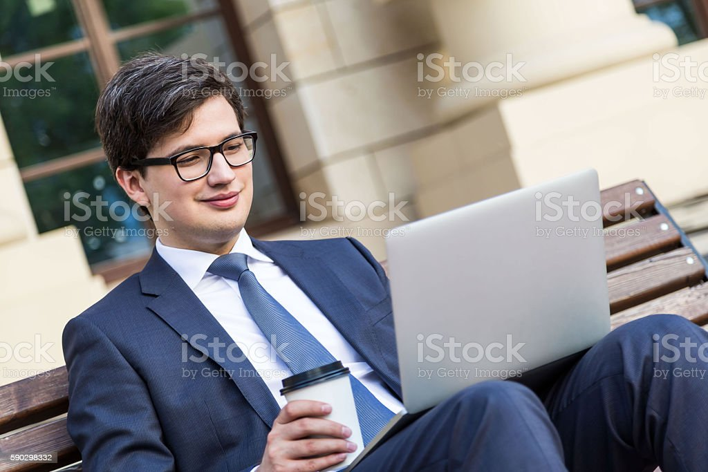 Man with coffee and laptop royaltyfri bildbanksbilder