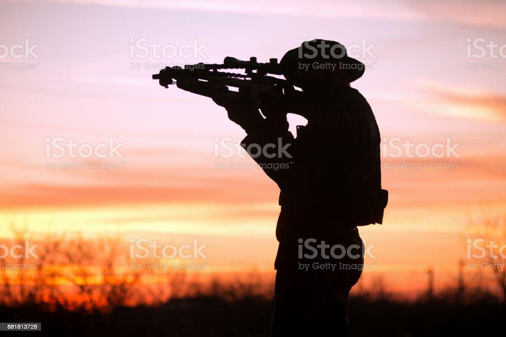 homme avec la silhouette de l'arbalète - Photo
