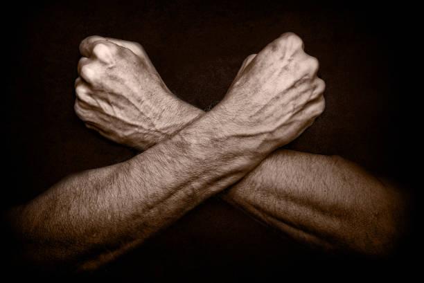 man with crossed arms - mascolinità foto e immagini stock
