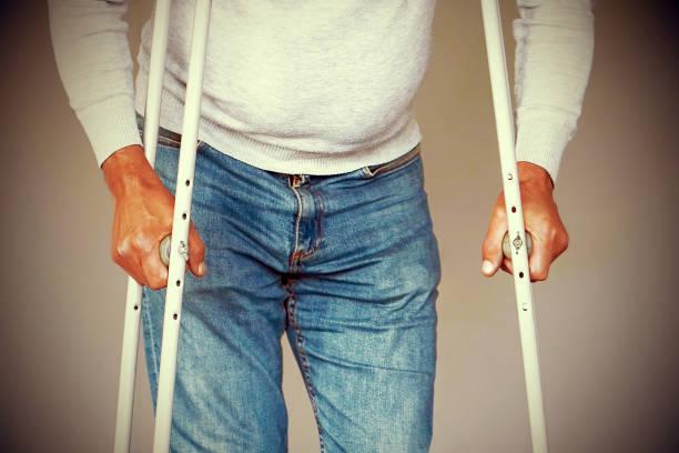 Mann mit Krücke. Nahaufnahme. seitenansicht – Foto