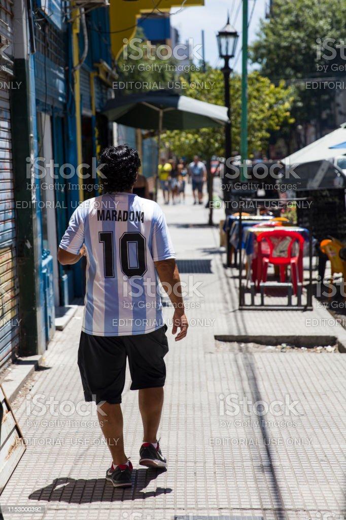 Man with Diego Armando Maradona dress at Caminito street in La Boca, Buenos Aires, Argentina - Стоковые фото Diego Maradona роялти-фри