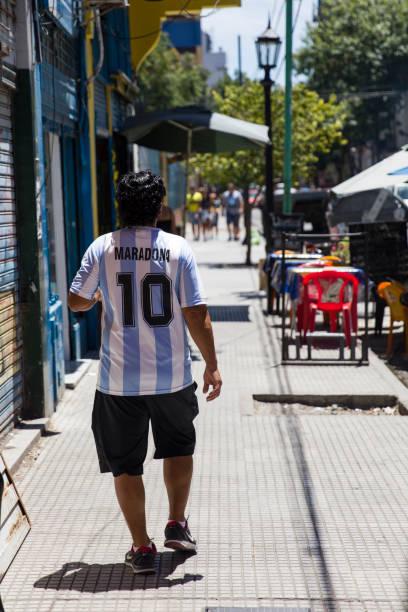 man with diego armando maradona dress at caminito street in la boca, buenos aires, argentina - maradona foto e immagini stock